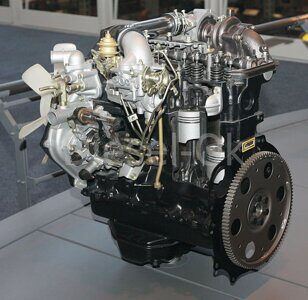 1982_Toyota_2L-TE_Type_engine_rear